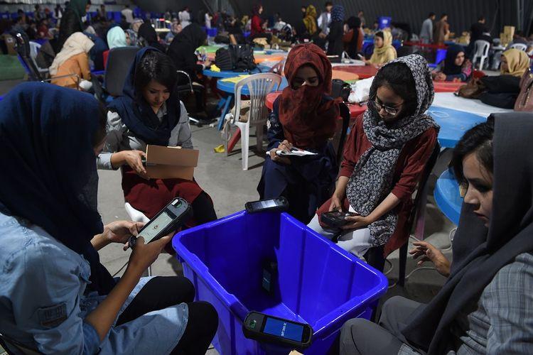 Petugas Komisi Pemilihan Independen Afghanistan memeriksa peralatan biometrik, saat mereka bersiap menghadapi pemilihan presiden yang akan dilangsungkan pada 22 September mendatang.