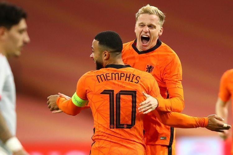 Gelandang Belanda, Donny van de Beek, saat merayakan gol ke gawang Spanyol pada laga persahabatan yang berlangsung di Amsterdam Arena, Kamis (12/11/2020) dini hari WIB.