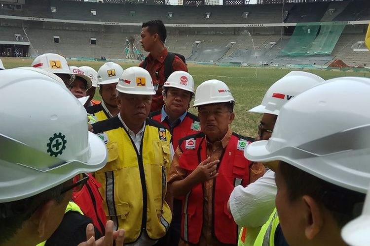 Wakil Presiden Republik Indonesia Jusuf Kalla melakukan peninjauan ke Stadion Utama Gelora Bung Karno, Senayan, Jakarta, Minggu (26/3/2017) pagi.