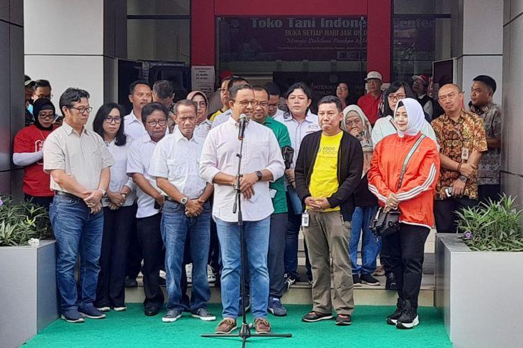 Gubernur DKI Jakarta Anies Baswedan dalam acara operasi pasar di Toko Tani Indonesia Center, Pasar Minggu, Jakarta Selatan, Minggu (9/2/2020).