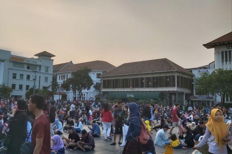 Pengunjung yang duduk di Kawasan Kota Tua Jakarta pada acara Pagelaran Nilai Tradisi Sejarah Fatahillah.