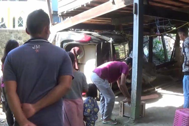 Sopir Ngantuk, Minibus Seruduk Rumah Warga Hingga Ambruk