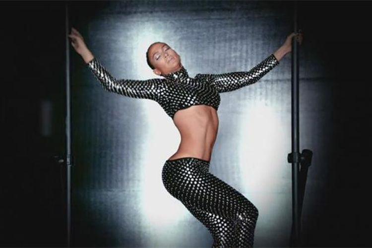 Cuplikan J.lo dalam video musik bertajuk Dance Again