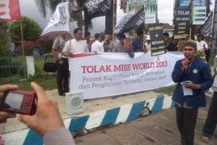 Ratusan aktifis gabungan Hizbutahrir Indonesia dan KAMMI Bengkulu menggelar aksi di Simpang Lima, Kota Bengkulu menentang ajang miss world 2013 di Bali