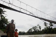 Pasca-banjir Bandang Lebak, Jembatan Putus, Warga Hilir Mudik Pakai 2 Perahu Karet