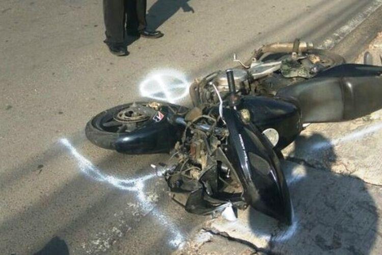 Kondisi sepeda motor jenis sport yang menabrak penyebrang jalan di kawasan Puncak, Kabupaten Cianjur, Jawa Barat, Selasa (24/12/2019) hingga tewas.