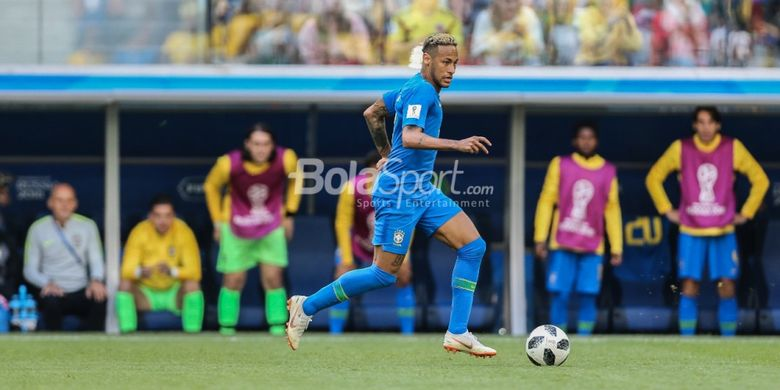 Neymar tengah menggiring bola pada pertandingan Brasil vs Kosta Rika di Stadion Krestovsky, St. Petersburg, 22 Juni 2018.