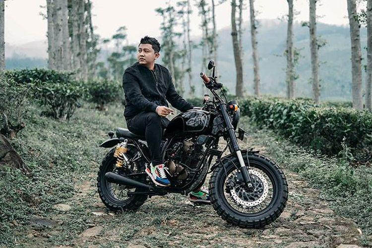 Penyanyi campursari dan Pop Jawa asal Ngawi, Jawa Tengah, Denny Setiawan atau yang lebih dikenal sebagai Denny Caknan.