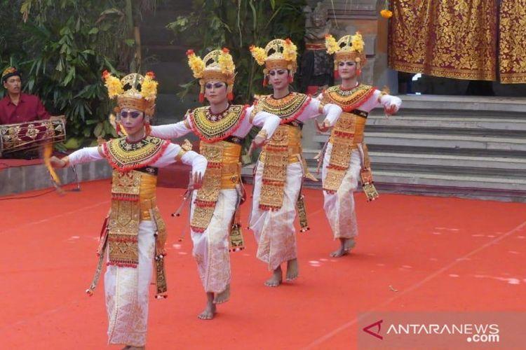 Penampilan Tari Gandrung yang dibawakan Sekaa Smara Ratih dalam Pesta Kesenian Bali 2019