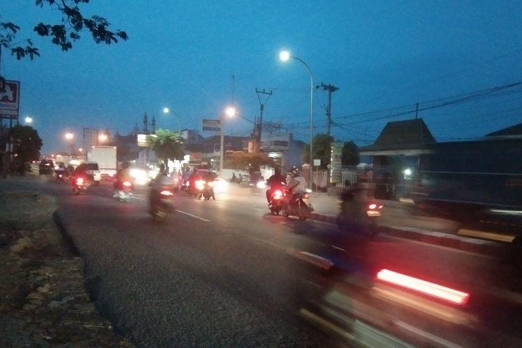 Jelang pemberlakukan larangan mudik, pemudik motor melintas di Karawang pada malam hingga waktu sesudah sahur pada Rabu (5/5/2021).