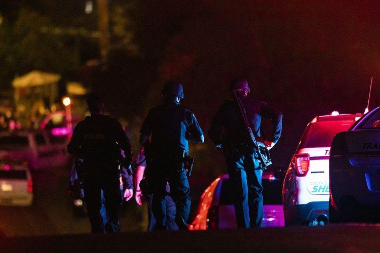 Petugas polisi tiba di lokasi penembakan massal di Festival Bawang Putih Gilroy di California utara, Minggu (28/7/2019) malam.