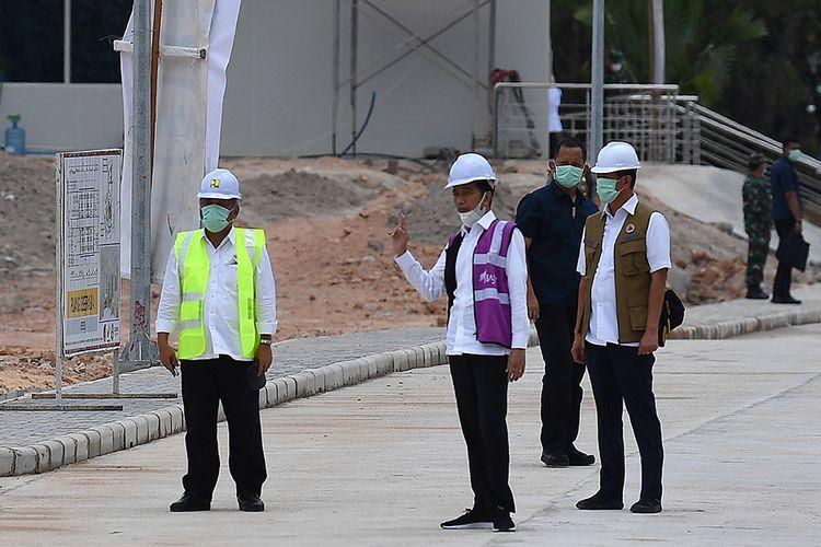 Presiden Joko Widodo (tengah) berbincang dengan Kepala BNPB Doni Monardo (kanan) dan Menteri PUPR Basuki Hadimuljono saat peninjauan Rumah Sakit Darurat Penanganan COVID-19 di Pulau Galang, Batam, Kepulauan Riau, Rabu (1/4/2020). Kunjungan kerja tersebut untuk memastikan kesiapan rumah sakit yang akan mulai beroperasi pada Senin 6 April 2020 mendatang.