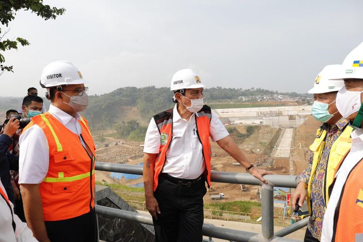 Menteri Koordinator Bidang Kemaritiman dan Investasi Luhut Binsar Pandjaitan saat meninjau proyek pembangunan Bendungan Ciawi (Cipayung), Rabu (5/5/2021).