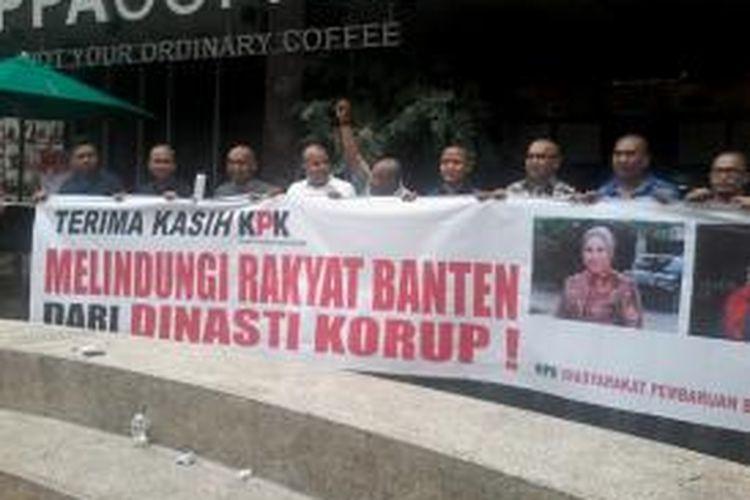 Kelompok yang menamakan diri sebagai Masyarakat Pembaruan Banten (PMB) menggelar aksi menggunduli diri, Selasa (17/12/2013), untuk menyambut penetapan Gubernur Banten Ratu Atut Chosiyah sebagai tersangka oleh Komisi Pemberantasan Korupsi (KPK).