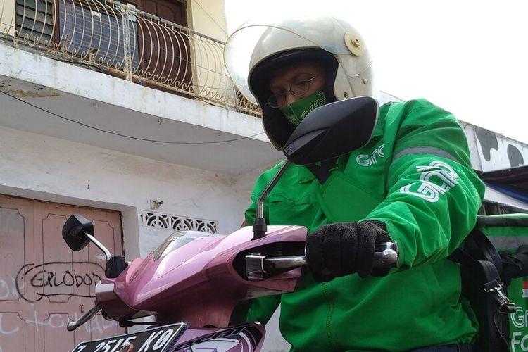 Ade Adfian Ahmad (47), ojek online warga Kota Tasikmalaya yang aksinya viral setelah mengembalikan uang lebih pembayaran lewat secarik surat diselipkan di bawah pintu rumah konsumen, Rabu (8/7/2020).(KOMPAS.COM/IRWAN NUGRAHA)