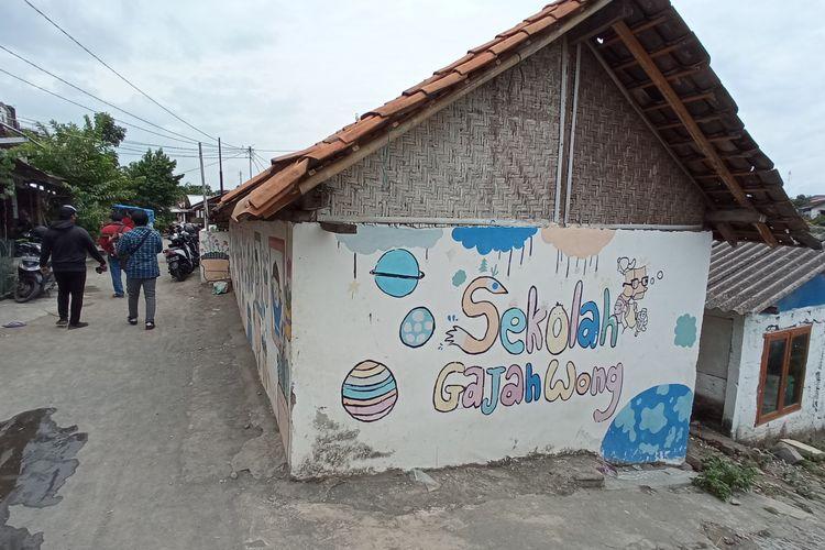 Foto sekolah kali Gajahwong di tengah pemukiman warga bantaran kali gajahwong