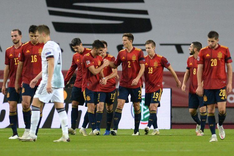 Para pemain Spanyol merayakan gol ketiga Ferran Torres ke gawang Jerman pada laga matchday enam Grup A4 UEFA Nations League di Estadio Olimpico de Sevilla, Selasa (17/11/2020) atau Rabu dini hari WIB.