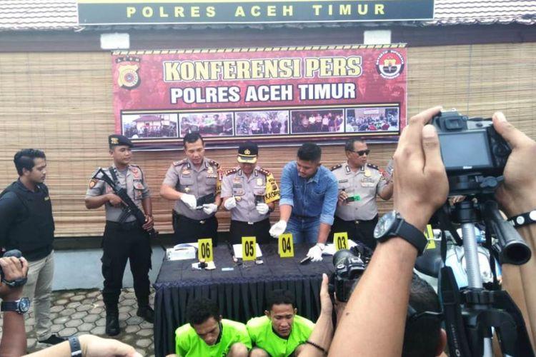 Polisi memperlihatkan tersangka begal yang menendang ibu yang hendak shalat serta merampas motornya di Mapolres Aceh Timur, Kamis (31/1/2019)