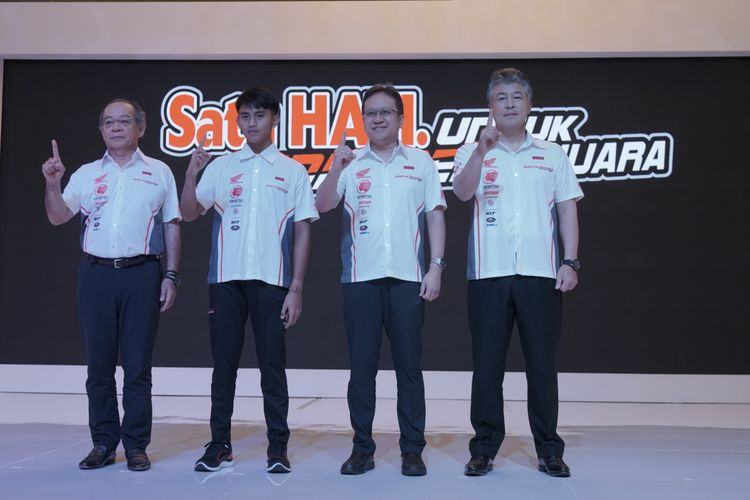 Manajemen Astra Honda Motor bersama dengan Mario Suryo Aji saat Launching AHRT Skuat 2020, pada Selasa (04/02/2020), di Hotel Shangri-La, Jakarta.