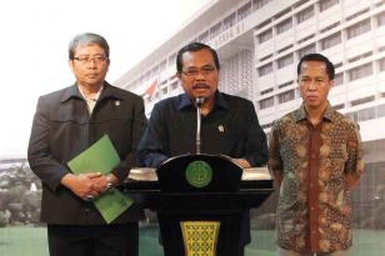 Jaksa Agung HM Prasetyo (tengah) memberikan keterangan pers terkait eksekusi mati 6 terpidana narkoba di Kantor Kejaksaan Agung, Jakarta, Minggu (18/1/2015).