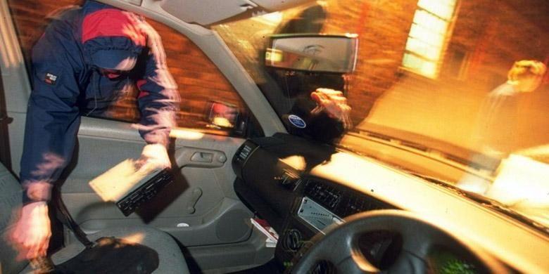 Pencuri tak hanya mengincar mobil, bisa jadi barang yang ada di dalam mobil Anda.