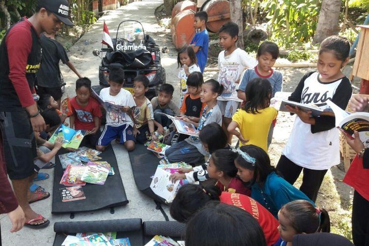 ATV Pustaka mengelar lapak baca di Desa disambut anak-anak.