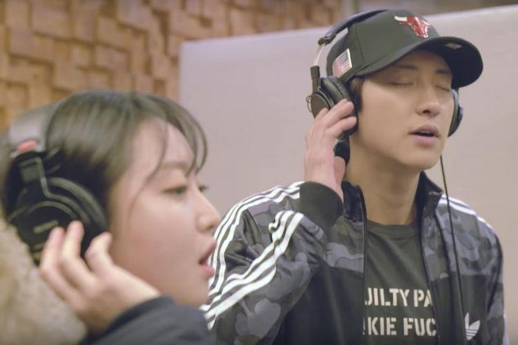 Chanyeol EXO (kanan) dan Punch menduetkan Stay with Me, lagu drama seri televisi Goblin.