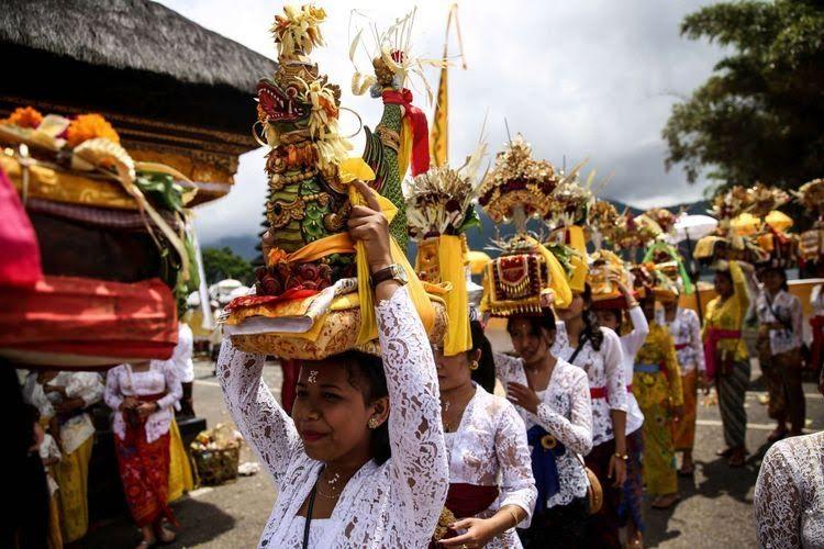 Prosesi upacara Melasti di Pura Ulun Danu Beratan di Desa Candikuning, Kabupaten Tabanan, Bali, Senin (4/3/2019). Upacara Melasti dilaksanakan dalam rangkaian perayaan Nyepi Tahun Baru Caka 1941 yang jatuh pada tanggal 7 maret 2019