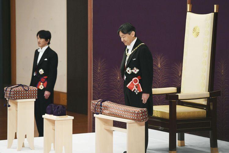 Kaisar Jepang Naruhito, didampingi Putra Mahkota Akishino, menghadiri ritual bernama Kenji-to-Shokei-no-gi, sebuah upacara penyerahan simbol dan pusaka kekaisaran di Istana Tokyo pada 1 Mei 2019.