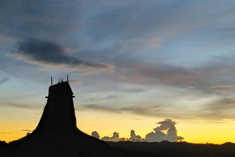 Cahaya matahari berwarna kuning keemasan membingkai gugusan awan di horizon langit sehingga menyajikan penampakan yang elok.