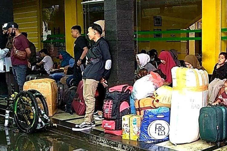 Suasana di pool bus ALS di Jalan Sisingamangaraja, Medan, Selasa (4/5/2021). Hari ini adalah keberangkatan terakhir 500 penumpang dari Medan menuju Sumbar, Madina dan Tapsel sebelum masuk hari larangan mudik lebaran 2021 pada 6 - 17 Mei 2021. Sebanyak 500 penumpang itu akan diangkut dengan 15 unit bus.