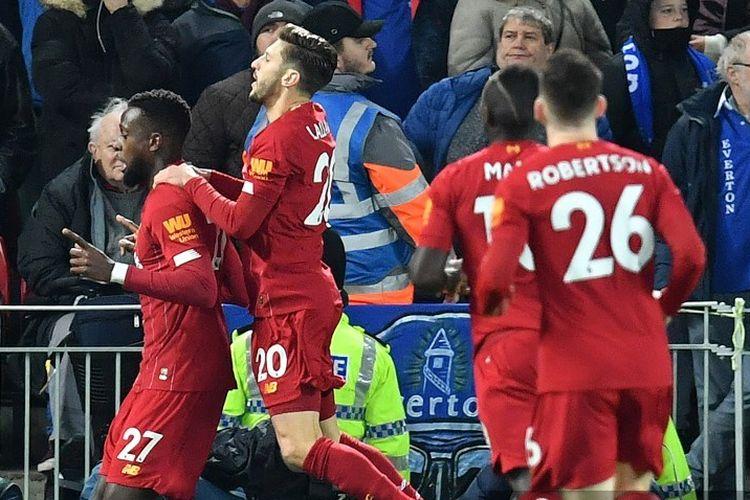 Adam Lallana merayakan gol Xherdan Shaqiri  pada pertandingan derbi, Liverpool vs Everton. dalam lanjutan Liga Inggris, 4 Desember 2019.