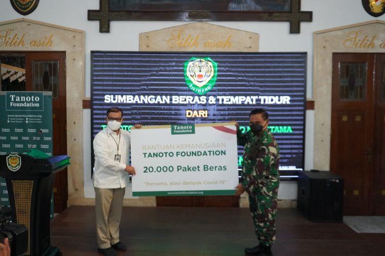 Direktur External Affairs Ari Gudadi selaku perwakilan dari Tanoto Foundation secara simbolis memberikan 200 ton beras kepada perwakilan Kepolisian Daerah (Polda) Jabar dan Komando Daerah Militer (Kodam) III/Siliwangi,  Jumat (30/7/2021).