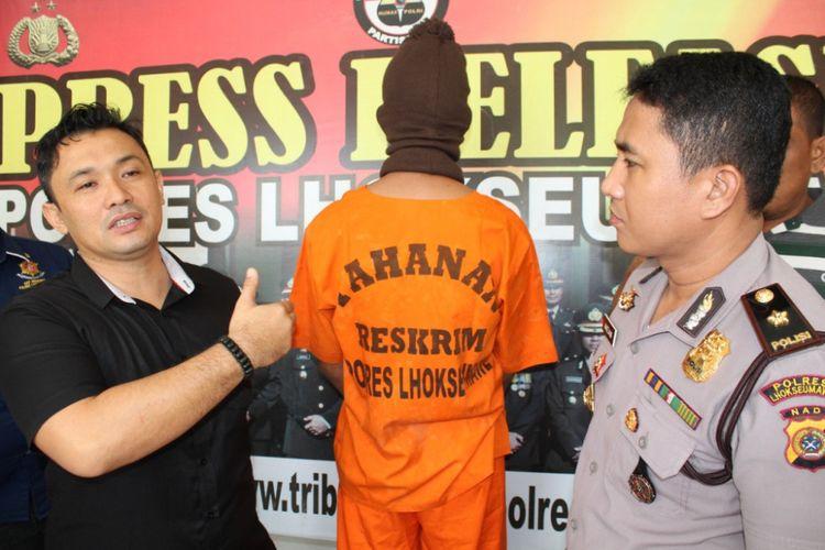 Kasat Reskrim Polres Lhokseumawe AKP Budi Nasuha Waruwu dan Kabag Ops Polres Lhokseumawe Kompol Ahzan memperlihatkan narapidana yang ditangkap di Mapolres Lhokseumawe, Kamis (22/2/2018)