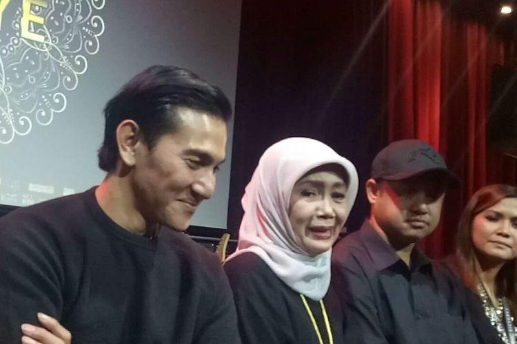 (Kiri ke kanan) Vino G Bastian, Damayanti Noor, Rizal Mantovani dan Rissa Putri saat diwawancarai pada peluncuran Poster dan Trailer Film Chrisye di Hotel Fairmont, Jakarta Pusat, Sabtu (19/9/2017).