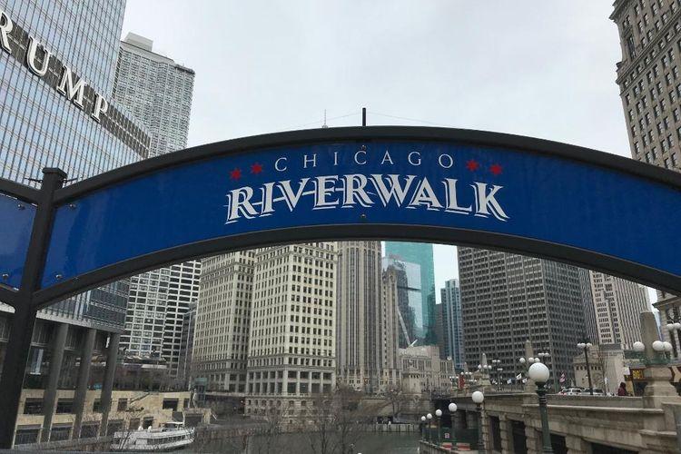 Suasana Kota Chicago saat berwisata riverwalk atau berjalan menyusuri Sungai Chicago di Chicago, negara bagian Illinois, Amerika Serikat, Sabtu (5/4/2019). Wisata riverwalk jadi daya tarik bagi turis mancanegara yang berkunjung ke Chicago.