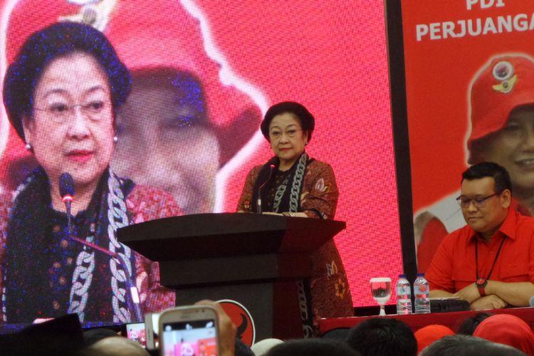 Ketua Umum PDI-P Megawati Soekarnoputri saat berbicara di depan kader partainya dalam pembukaan Rakernas Baguna PDI-P di kantornya, Jakarta, Sabtu (28/10/2017).