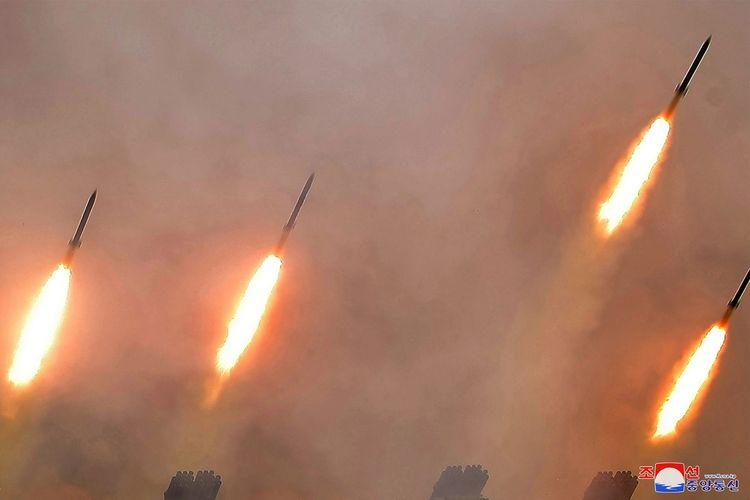 Gambar yang dirilis pada 3 Maret 2020 oleh kantor berita Korea Utara, KCNA, memperlihatkan roket yang ditembakkan dari latihan artileri di lokasi rahasia.