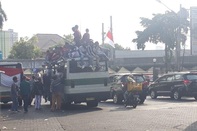 Rombongan pelajar SMA gunakan Bus Kopaja di Jalan Penataran, Menteng, Jakarta Pusat, hendak menuju Gedung DPR/MPR RI, Senin (30/9/2019).