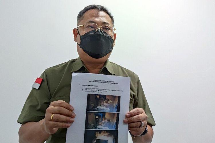 Direskrimum Polda Papua, Kombes Faisal Ramadhani menunjukan foto Senat Soll yang terekam sedang melakukan pembakaran ATM BRI di Distrik Dekai, Yahukimo pada 1 Desember 2019, Jayapura, Papua, Kamis (2/9/2021)