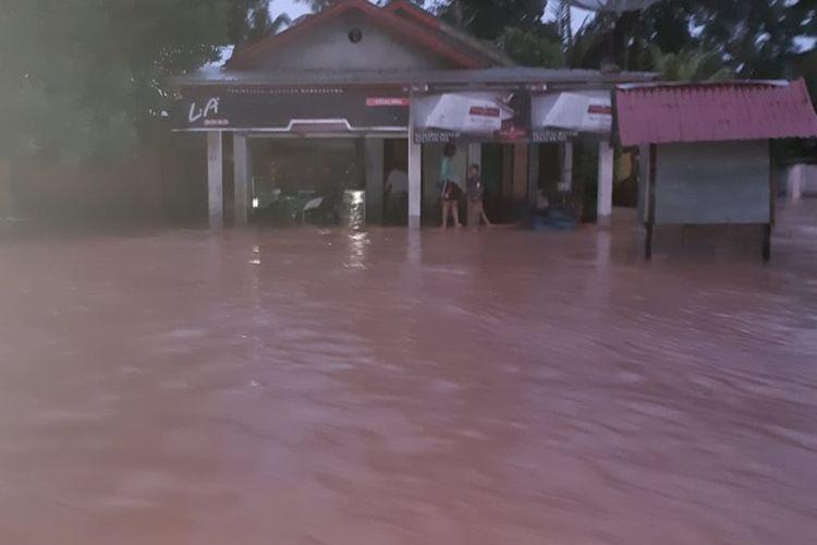 Banjir merendam rumah warga di Kecamatan Rambah, Kabupaten Rohul, Riau, Minggu (24/11/2019).
