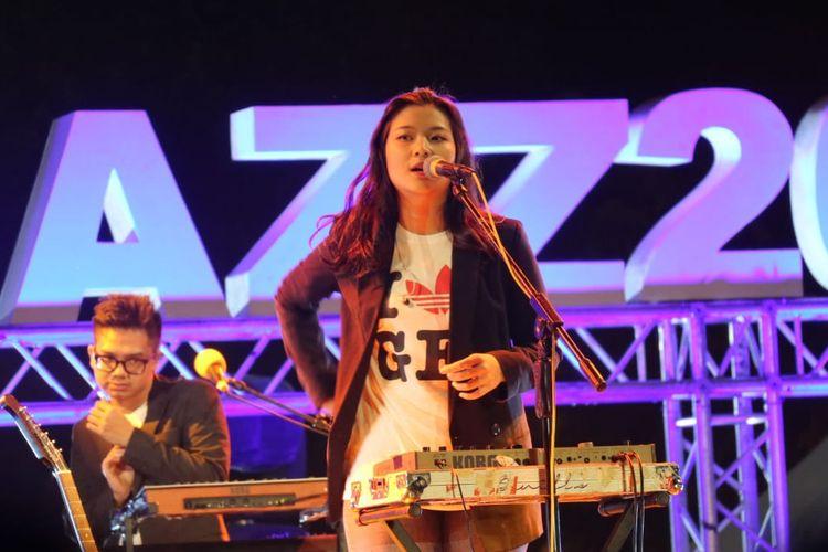 Danilla Riyadi beraksi di panggung Prambanan Jazz hari pertama yang di gelar di Kompleks Candi Prambanan, Yogyakarta pada Jumat (5/7/2019).