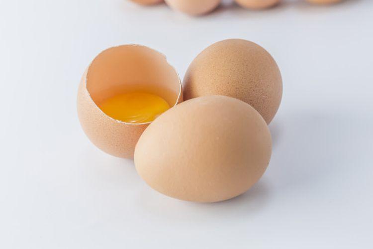Kuning telur yang masih segar terlihat berwarna kuning atau oranye dengan putih telur mengelilingi kuningnya.