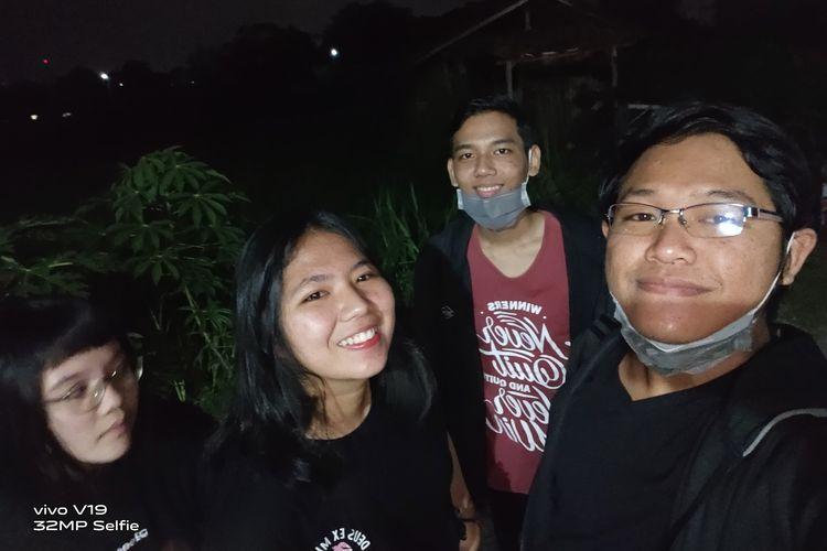 Hasil foto group selfie Vivo V19 pada malam hari.