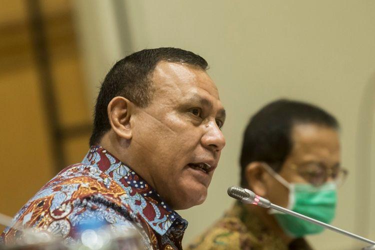 Ketua KPK Firli Bahuri (kiri) bersama Kepala PPATK Dian Ediana Rae (kanan) menyampaikan tanggapannya saat mengikuti Rapat Dengar Pendapat dengan Komisi III DPR di komplek Parlemen, Jakarta, Kamis (25/6/2020). Rapat yang diikuti oleh Ketua KPK, PPATK dan BNN tersebut membahas mengenai Rancangan Kerja Anggaran (RKA) K/L dan Rancangan Kerja Pemerintah (RKP) K/L untuk tahun anggaran 2021.  ANTARA FOTO/Muhammad Adimaja/nz