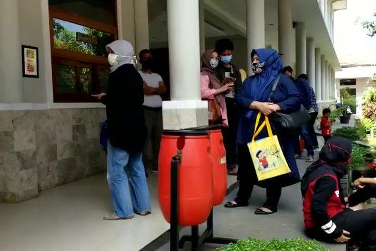 Sejumlah orangtua mendatangi sekolah. Mereka protes karena anaknya tidak lulus dikalahkan siswa dengan nilai yang lebih rendah.
