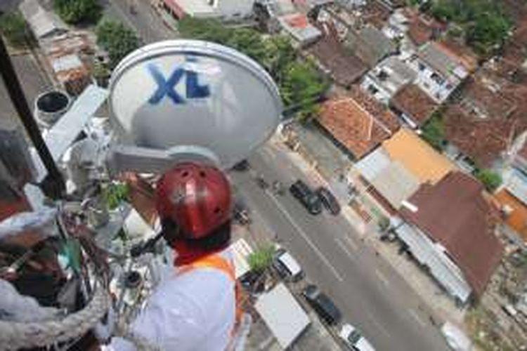 Teknisi sedang melakukan perawatan BTS XL di Yogyakarta