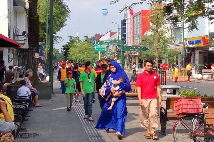 Para wisatawan saat berjalan di pedestrian sisi Timur Malioboro