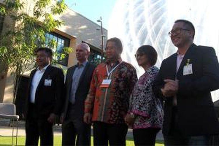 Menkominfo Rudiantara (tengah) bersama Dirut Telkomsel Ririek Adriansyah, Dirut XL Axiata Dian Siswarini, Presdir Indosat Alexander Rusli, dan Mike Cassidy, Project Leader Project Loon di Google X dalam acara peresmian kesepakatan masuknya Google Loon ke Indonesia, Rabu (28/10/2015).