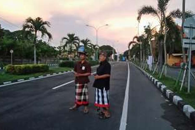 Pecalang sedang bertugas saat Nyepi di Jalan Raya Tuban, Badung, Bali, Rabu (8/3/2016).